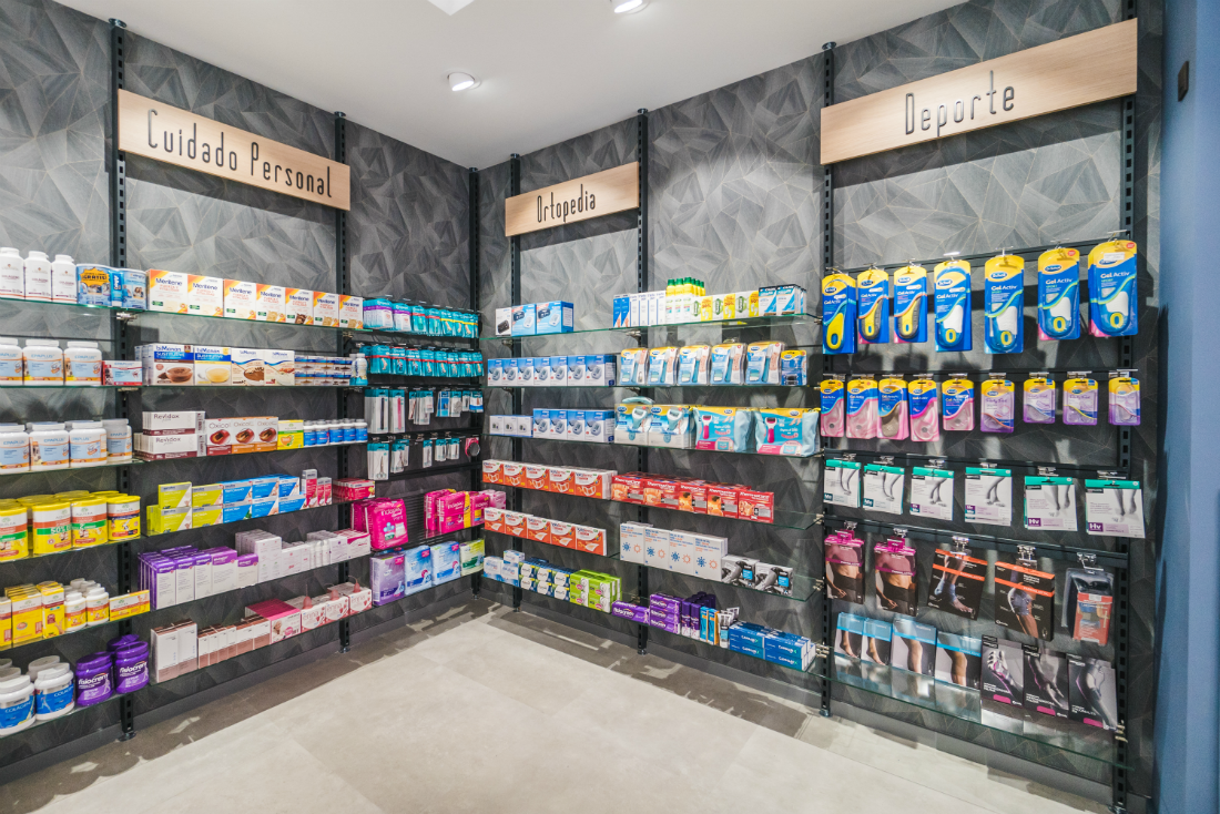 Expositores de productos de cuidado personal, higiene y deporte en Farmacia Senante