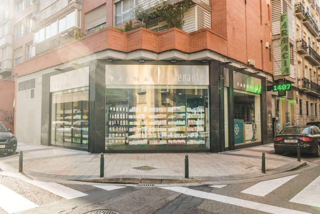 Imagen de la fachada de la farmacia Senante vista desde la calle