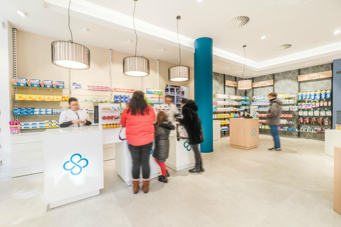 Dependientes de Farmacia Senante atendiendo a clientes
