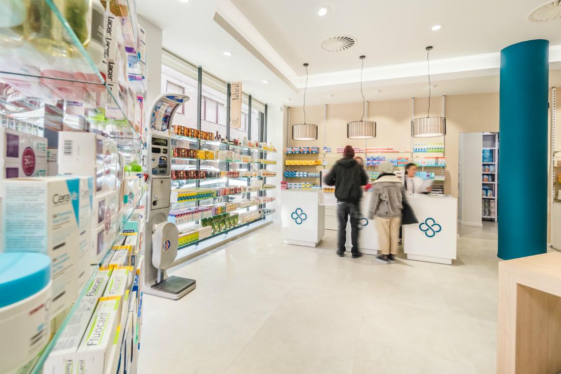 Zona de productos expuestos y báscula en la farmacia Senante